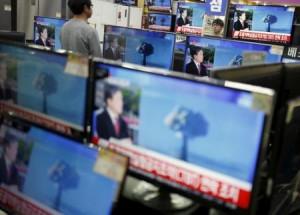 Un vendedor mira un noticiario donde se informa sobre una prueba nuclear en Corea del Norte, en Seúl, el 6 de enero de 2016. Corea del Norte dijo que realizó con éxito en la mañana del miércoles la prueba de un aparato nuclear de hidrógeno miniaturizado. REUTERS/Kim Hong-Ji
