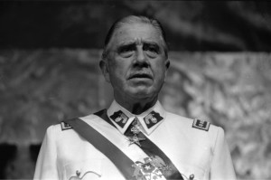 Pinochet_en_Historia_Política_BCN