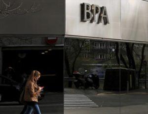una-joven-pasa-por-delante-una-oficina-banca-privada-dandorra-andorra-vella-1471553804150
