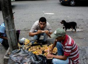 Venezuela crisis economica - Página 20 Gonzalo-morales-divo-VENEZUELA-Comer-de-la-basura-el-drama-del-hambre-en-los-venezolanos-m-s-pobres-300x220